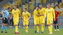 Para pemain Ukraina merayakan gol yang dicetak oleh Viktor Tsigankov ke gawang Spanyol pada laga UEFA Nations League di Stadion Olimpiyskiy, Rabu (14/10/2020). Ukraina menang dengan skor 1-0. (AP/Efrem Lukatsky)