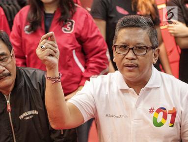 Sekretaris TKN Jokowi-Ma'ruf, Hasto Kristiyanto dan politikus PDIP Djarot Saiful Hidayat memberi keterangan saat jumpa pers, Jakarta, Selasa (29/1).Tim Nasional pasangan Jokowi-Ma'ruf memberi apresiasi kepada Liliyana Natsir. (Liputan6.com/Faizal Fanani)
