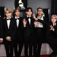 Boyband Korea Selatan, Bangtan Boys alias BTS menghadiri perhelatan Grammy Awards 2019 di Staples Center, Los Angeles, Minggu (10/2). Beberapa member seperti J-Hope, Suga, Jin dan Jongkook memilih mengenakan dasi kupu-kupu. (Jordan Strauss/Invision/AP)