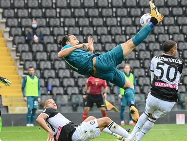 Striker AC Milan, Zlatan Ibrahimovic, mencetak gol dengan tendangan salto ke gawang Udinese pada laga Liga Italia di Stadion Friuli, Minggu (1/11/2020). AC Milan menang dengan skor 2-1. (AFP/Andreas Solaro)