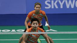 Ganda Indonesia, Greysia Polii / Apriyani Rahayu, beraksi saat melawan ganda Thailand, Chayanit Chaladchalam / Phataimas Muenwong pada final SEA Games 2019 di Muntinlupa Sports Complex, Manila, Senin (9/12). Pasangan Indonesia menang 21-3 dan 21-8. (Bola.com/M Iqbal Ichsan)