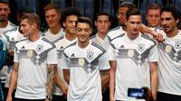 Pemain Timnas Jerman berpose memperkenalkan jersey terbaru untuk Piala Dunia 2018 di Berlin (7/11). Jersey ini terinspirasi dari kostum yang pernah dikenakan pada Piala Dunia 1990. (AFP Photo/Ganjil Andersen)
