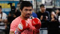 Petinju Manny Pacquiao berpose saat berlatih di sebuah klub tinju di Los Angeles, AS, Rabu (9/1). Manny Pacquiao bertekad meng-KO Adrien Broner. (AP Photo/Damian Dovarganes)