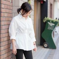 Selain aman, blouse putih juga pas dikenakan untuk ke kantor. Yuk, intip inspirasi padu padan busana berikut ini. (Foto: Instagram @stylearena.jp)