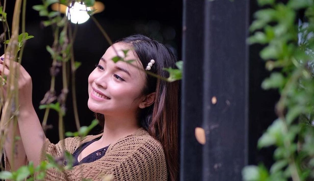 Tasya sering kali mengunggah foto saat ia berpenampilan natural di akun Instagram pribadinya. Walaupun begitu, ia tetap tampak cantik dan manis menggunakan busana santai saat berfoto di luar ruangan. (Liputan6.com/IG/@tasya_ratu_gopo)