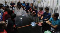 Para atlet NPC Indonesia yang akan mengikuti INAS Global Games 2019, bersama jajaran pengurus di kantor pusat NPC Indonesia, Solo, Selasa (8/10/2019). (Bola.com/Vincentius Atmaja)