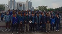 Aliansi BEM Seluruh Indonesia dan Poros Revolusi Mahasiswa Bandung memberikan pernyataan sikap di depan Monumen Perjuangan Rakyat Jawa Barat, Kota Bandung, Kamis (17/10/2019). (Liputan6.com/Huyogo Simbolon)