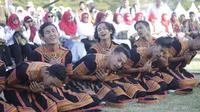 Penari dari grup Bujang Rancalan Gayo Lues sedang menari saman (Liputan6.com/Rino Abonita)