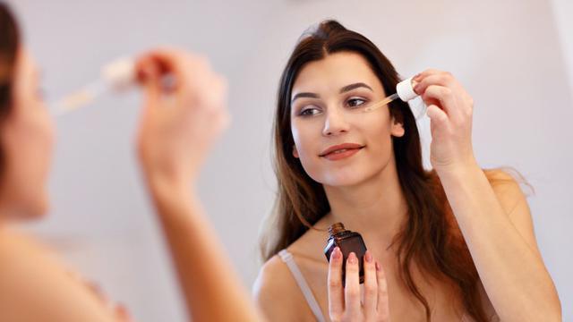 ilustrasi Mengenal perbedaan eye cream, eye gel dan eye serum untuk menjaga kulit area mata/Kamil Macniak/shutterstock