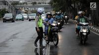 Polisi melakukan tindakan tilang kepada pengendara motor yang melanggar aturan jalur khusus sepeda motor di Jalan MH Thamrin, Jakarta, Kamis (8/2). Pengendara yang melanggar, ditilang dengan denda maksimal Rp 500 ribu. (Liputan6.com/Arya Manggala)