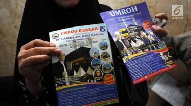 Calon jamaah umrah menunjukkan brosur agen perjalanan yang diduga melakukan penipuan di Bareskrim Mabes Polri, Jakarta, Senin (5/2). Sejumlah calon jamaah umrah mendatangi Bareskrim Polri untuk melaporkan dugaan penipuan. (Liputan6.com/Helmi Fithriansyah)