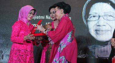 Ibunda Presiden Joko Widodo, Sudjiatmi Notomiharjo (kiri) saat menerima penghargaan Perempuan Tangguh Award 2018 dari Ketua Dewan Penasehat Perempuan PERTIWI, Mooryati Soedibyo di Rumah Pertiwi, Jakarta, Sabtu (22/12). (Liputan6.com/Helmi Fithriansyah)