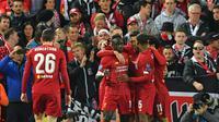 Para pemain Liverpool merayakan gol yang dicetak Sadio Mane ke gawang Salzburg pada laga Liga Champions di Stadion Anfield, Liverpool, Rabu (2/10). Liverpool menang 4-3 atas Salzburg. (AFP/Paul Ellis)