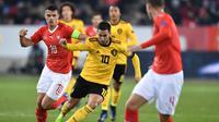 Aksi pemain timnas Belgia, Eden Hazard saat melawan tuan rumah Swiss pada laga Nations League yang berlangsung di stadion Swissporarena, Senin (19/11). Timnas Belgia kalah 2-5. (AFP/Fabrice Coffrini)
