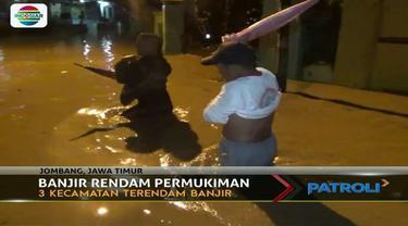 Hujan lebat pada Selasa (19/12) malam, mengakibatkan ratusan rumah di Jombang, Jawa Timur, terendam banjir.