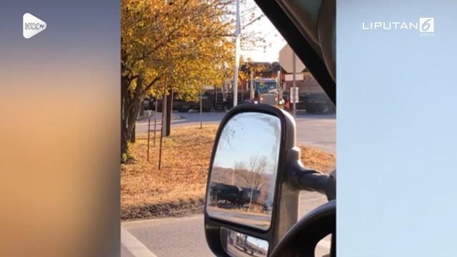 Detik-detik menegangkan sebuah truk yang terjebak di rel tertabrak kereta api di Oklahoma, Amerika Serikat.