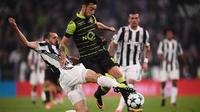 Bek Juventus, Giorgio Chiellini, menahan laju gelandang Sporting Lisbon, Bruno Fernandes, pada laga Liga Champions di Stadion Allianz, Turin, Rabu (18/10/2017). Juventus menang 2-1 atas Sporting. (AFP/Marco Bertorello)