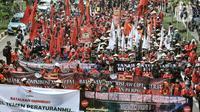 Massa buruh dan tani saat menggelar longmarch menuju Istana Negara di Jalan Salemba Raya, Jakarta, Selasa (20/10/2020). Ratusan buruh dan tani dari berbagai daerah tersebut akan menggelar aksi di Istana Negara menolak UU Omnibus Law Cipta Kerja. (merdeka.com/Iqbal S. Nugroho)
