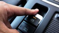Parkir mobil bisa lebih mudah dengan rem tangan elektronik. (Foto: Shutterstock)