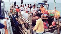 Sebuah perahu yang membawa pengungsi Rohingya berhasil dicegat pasukan AL Malaysia di Langkawi, Selasa (3/4). Otoritas Malaysia meningkatkan patroli untuk mencegat kapal pengungsi Rohingya mencari perlindungan di negara itu. (Royal Malaysian Navy via AP)