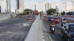 Kendaraan melintas di samping pembangunan proyek flyover Pancoran di Jakarta, Selasa (9/1). Proyek untuk mengurai kemacetan di Ibukota tersebut ditargetkan mulai beroperasi pada pertengahan bulan Januari 2017. (Liputan6.com/Immanuel Antonius)