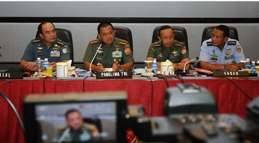 Panglima TNI Jenderal TNI Gatot Nurmantyo enggan mengomentari sikap Kepala Staf Angkatan Udara (KSAU) Marsekal Agus Supriatna yang mengaku menyurati pemerintah karena permasalahan seragam. Surat tersebut terkait miripnya warna dan desain seragam pegawai K