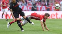 Penggawa Bayern Munchen, Thomas Muller (kanan) berjibaku kontra gelandang FC Koln, Simon Zoller, pada laga lanjutan Bundesliga 2016-2017, akhir pekan lalu, di Allianz Arena.  (AFP/Christof Stache)