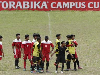 Pemain STIMED Nusa Palapa saling bersalaman dengan pemain STIEM Bungayya pada laga Torabika Campus Cup 2017 di Stadion UNM, Makassar, Kamis, (19/10/2017). STIMED Nusa Palapa menang adu penalti atas STIEM Bungayya. (Bola.com/M Iqbal Ichsan)