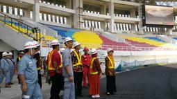 Anggota Komisi IV DPRD Kota Surakarta saat memasuki dalam Stadion Manahan. (Bola.com/Vincentius Atmaja)