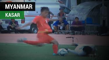 Aksi bek Myanmar, Pyae Phyo Maung, menendang bola dengan keras ke punggung pemain Timnas Indonesia U-19, Witan Sulaeman.