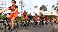 Skuad Persiraja Banda Aceh bersepeda mengelilingi Banda Aceh, Rabu (26/8/2020). (Bola.com/Permana Kusumadijaya)