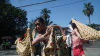 Para pekerja seni tradisi yang tergabung dalam kelompok Masyarakat Seni Rakyat Indonesia (Masri) menggelar aksi kesenian dan memanjatkan doa di depan pelataran Gasibu tepat di depan Gedung Sate, Senin (20/7/2020). (Liputan6.com/Huyogo Simbolon)