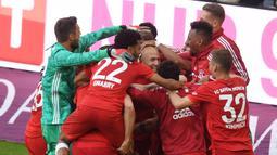 Pemain Bayern Munchen merayakan gol yang dicetak Arjen Robben ke gawang Eintracht Frankfurt di Allianz Arena, Jerman, Sabtu (18/5). Munchen menang 5-1 atas Frankfurt. (Christof Stache/AFP).