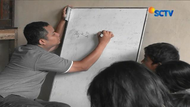 Kebanyakan anak anak yang belajar disini bekerja sebagai pengamen juga pemulung yang sehari hari akrab dengan kehidupan keras Kota Jakarta.