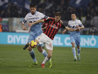 Bomber AC Milan, Krzysztof Piatek berduel dengan Francesco Acerbi pada laga semifinal Coppa Italia yang berlangsung di stadion Olimpico, Roma, Rabu (27/2). AC Milan bermain imbang 0-0 kontra SS Lazio. (AP Newsroom)