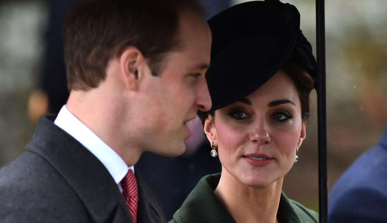 Kate Middleton bersama sang suami Pangeran William usai mengikuti Misa Natal bersama keluarga kerajaan di Gereja St. Mary Magdalene di Sandringham, Inggris, (25/12/2015). (AFP/BEN STANSALL)