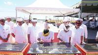 Direktur Utama Pelindo III Doso Agung bersama Gubernur Bali Wayan Koster meresmikan area untuk menggelar upacara keagamaan dan upacara adat di kawasan Pelabuhan Benoa, Bali, Minggu (23/2),