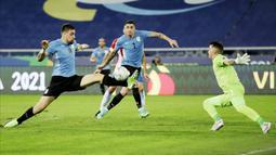 Uruguay tampil dominan dan agresif sejak laga dimulai. Sementara Paraguay bermain bertahan dan berusaha mengandalkan serangan balik. (AP/Silvia Izquierdo)