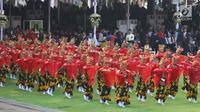 Ratusan Penari menyuguhkan pementasan tarian massal Jejer Kembang Menur di Istana Merdeka, Jakarta, Kamis (17/8). Jejer Kembang Menur merupakan tarian massal dari Banyuwangi. (Liputan6.com/Pool)