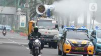 Mobil gunners spraying Palang Merah Indonesia (PMI) melakukan penyemprotan disinfektan di kawasan Jalan Asia Afrika, Jakarta, Kamis (7/5/2020). Selama PSBB Jakarta dan sekitarnya, PMI melakukan penyemprotan berskala besar se-Jabodetabek sebagai upaya pencegahan Covid-19. (merdeka.com/Dwi Narwoko)