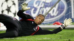 Dida - Kiper legendaris asal Brasil ini bermain selama 10 tahun untuk AC Milan. Dida dikenal dengan refleks dan kemampuannya melakukan penyelamatan dari jarak dekat. (AFP/Maartje Blijdenstein)