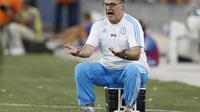 Aksi Marcelo Bielsa saat menjadi pelatih Olympique Marseille (8/8/2015). Kegagalan mendatangkan Bielsa membuat fans Lazio menggelar aksi protes.  (EPA/Guillaume Horcajuelo)