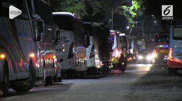 Jalur utama Jakarta – Purwokerto, Kamis malam (25/10) macet total, sehingga terjadi antrean kendaraan mencapai puluhan kilometer. Kondisi makin parah karena sejumlah kendaraan berusaha memutar balik arah.