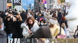 Foto kombinasi yang diabadikan pada 27 November 2020 (atas) dan 16 Desember 2020 (bawah) ini menunjukkan pemandangan berbeda di luar sebuah kawasan perbelanjaan di Berlin, Jerman. Jerman menerapkan karantina wilayah (lockdown) yang lebih ketat mulai 16 Desember 2020. (Xinhua/ShanYuqi)
