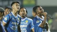 Bek Persib Bandung, Ardi Idrus, bernyanyi saat merayakan kemenangan atas Persija Jakarta pada laga Liga 1 di Stadion GBLA, Jawa Barat, Minggu (23/9/2018). Persib menang 3-2 atas Persija. (Bola.com/M Iqbal Ichsan)