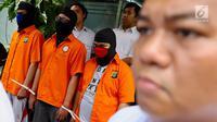 Polisi menghadirkan tersangka kasus ilegal akses terhadap sistem elektronik dihadirkan di Polda Metro Jaya, Jakarta, Selasa (13/3). Polisi juga mengamankan 3 buah buku tabungan, 3 buah kartu ATM, dan perangkat internet. (Liputan6.com/Immanuel Antonius)