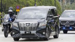 Sebuah mobil yang membawa Perdana Menteri Malaysia Muhyiddin Yassin memasuki Istana Nasional untuk bertemu dengan raja di Kuala Lumpur, Malaysia, Senin (16/8/2021). Muhyiddin Yassin mundur dari jabatannya setelah setahun berkuasa. (AP Photo/FL Wong)