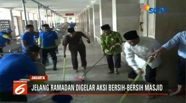 Puluhan orang bersihkan Masjid Istiqlal, Jakarta Pusat, sebelum bulan Ramadan datang.