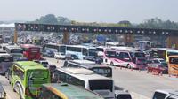 Gerbang Tol Cikampek Utama padat pemudik. (Liputan6.com/Abramena)