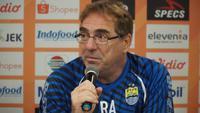 Pelatih Persib Bandung Robert Rene Alberts kecewa bek tengah Fabiano Beltrame gagal bergabung dengan tim Maung Bandung. (Liputan6.com/Huyogo Simbolon)